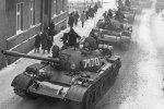 30 rocznica wprowadzenia stanu wojennego [Czołgi T-55 podczas stanu wojennego w Zbąszyniu, fot. www.solidarnosc.gov.pl, PD]
