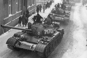 35. rocznica wprowadzenia stanu wojennego - wspomnienia [Czołgi T-55 podczas stanu wojennego w Zbąszyniu, fot. www.solidarnosc.gov.pl, PD]