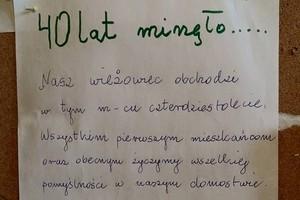 """""""40 lat minęło..."""" sąsiedzka sympatia seniorów wzrusza internautów [fot. Bartosz Cicharski]"""