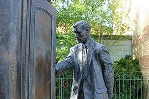 """50 lat temu zmarł Clive Staples Lewis, twórca """"Opowieści z Narnii"""" [Pomnik C. S. Lewisa, fot. Genvessel, CC BY 2.0, Wikimedia Commons]"""