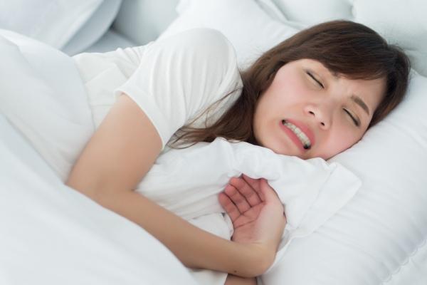 7 sposobÃłw na nocne zgrzytanie zębami [Fot. 9nong - Fotolia.com]