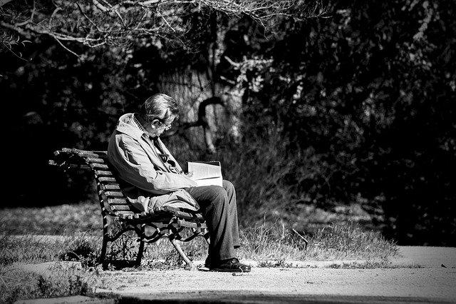 """""""Epidemia"""" samotności? To efekt (sposobu) starzenia się społeczeństw [fot. José Manuel de Laá from Pixabay]"""