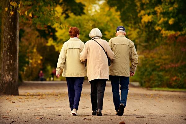 Aktywność fizyczna, nawet lekka, przedłuża życie [fot. Mabel Amber, still incognito... z Pixabay]