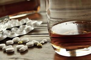 """Alkohol i leki przeciwbólowe - ich łączenie """"zabierze"""" ci oddech [© WoGi - Fotolia.com]"""