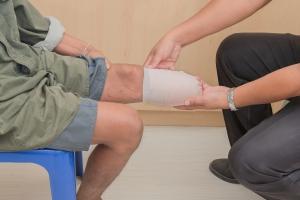 Amputacja kończyn dolnych - pielęgnacja i rehabilitacja [Fot. angkhan - Fotolia.com]