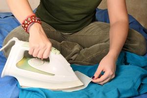 Andrzejki. Jak usunąć wosk z ubrań? [Prasowanie, ©  lite - Fotolia.com]