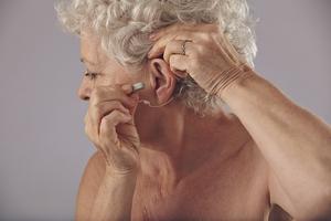 Aparat słuchowy - nie(d)ocenione wsparcie dla słuchu seniorów [fot. baterie-sluchowe.pl]