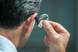 Aparat słuchowy zapobiega osłabieniu zdolności poznawczych  [© Alexander Raths - Fotolia.com]