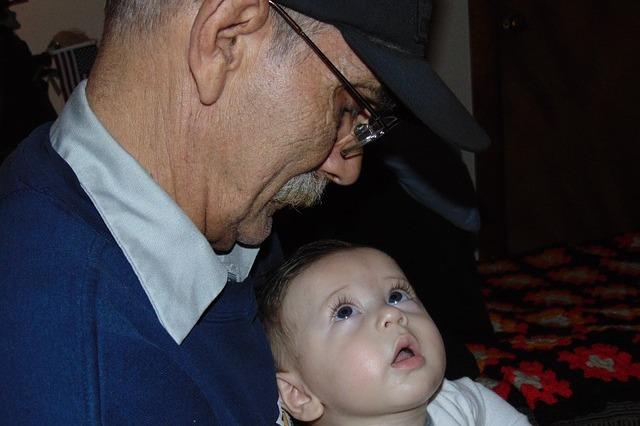 Babcia lub dziadek samotnie wychowujący wnuki częściej chorują [fot. James Timothy Peters from Pixabay]