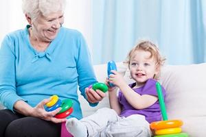 Babcia, niania, żłobek? Komu powierzyć opiekę nad dzieckiem po urlopie wychowawczym? [fot.niania.pl]