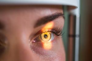 Badanie oczu pozwala wykryć wiele poważnych chorób [Fot. Anna Kovaltschuk - Fotolia.com]