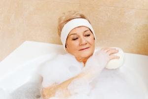Bardzo sucha skóra: jak kąpać się w wannie, a jak pod prysznicem? [Fot. Piotr Marcinski - Fotolia.com]