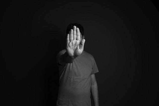 Brak zaufania pogłębia problem samotności [fot. Daniel Reche from Pixabay]