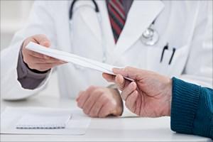 Bra� pieni�dze za wypisanie kart zgonu. 77 zarzut�w dla lekarza [© Igor Mojzes - Fotolia.com]