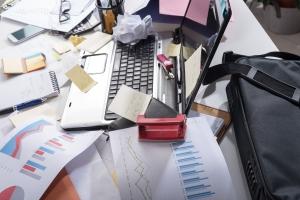 Chaos na biurku = ryzyko utraty cennych danych? [Fot. thodonal - Fotolia.com]