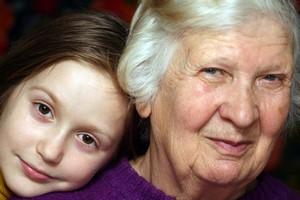 Chcesz dłużej żyć? Opiekuj się wnukami [Babcia i wnuczka, © Sergii Mostovyi - Fotolia.com]
