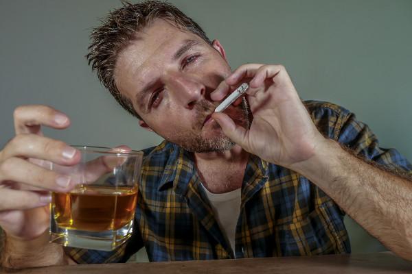 Chcesz przestać palić papierosy? Ogranicz alkohol [Fot. TheVisualsYouNeed - Fotolia.com]