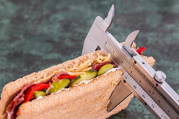 Chcesz schudnąć? Twój małżonek też ma wówczas większe szanse na utratę na wadze [fot. Steve Buissinne z Pixabay]