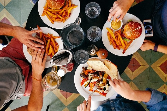 Chcesz się z kimś zaprzyjaźnić? Zamów podobny posiłek [fot. StockSnap from Pixabay]
