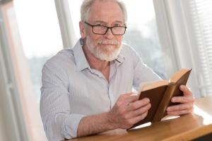 Chcesz skutecznie pozbyć się stresu? Choć kilka minut poczytaj książkę! [Fot. thodonal - Fotolia.com]
