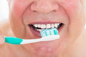 Chcesz uchronić się przed sezonową infekcją? Dbaj o zęby! [Mycie zębów, ©  Andrey Popov - Fotolia.com]