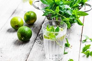 Chcesz utrzymać odpowiednią wagę? Pij wodę [© nikolaydonetsk - Fotolia.com]