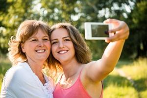 Chcesz zachować młody wygląd - zrezygnuj z selfie [© Martinan - Fotolia.com]