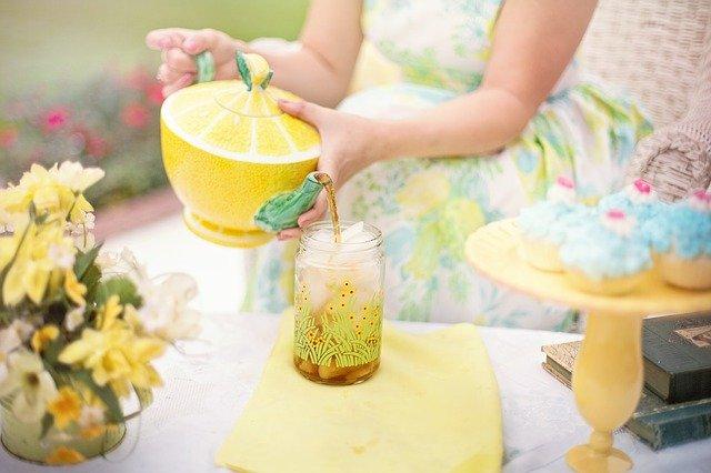 Chcesz zadbać o zęby? Pij raczej herbatę niż słodkie napoje i soki [fot. Jill Wellington from Pixabay]
