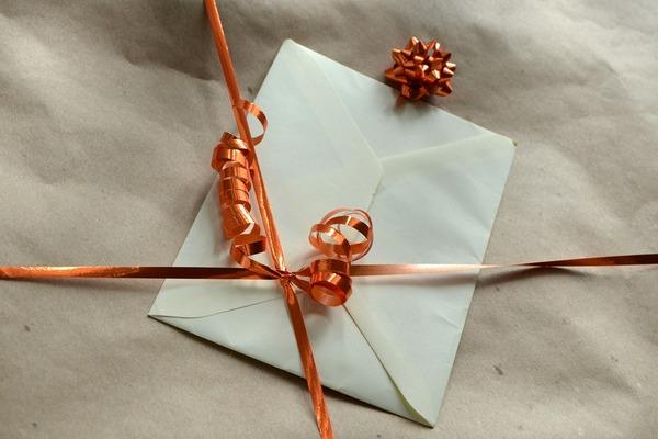 Chcesz zrobić wrażenie świątecznym prezentem? Kiepsko go zapakuj... [fot.  congerdesign z Pixabay]