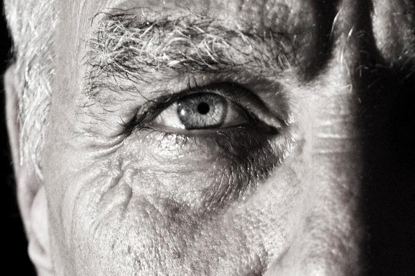 Chorobę Alzheimera można rozpoznać dzięki... źrenicom [fot.  Simon Wijers z Pixabay]