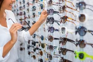 Chroń oczy przed czerniakiem. Jak dobrać okulary przeciwsłoneczne? [fot. Wybór okularów przeciwsłonecznych]