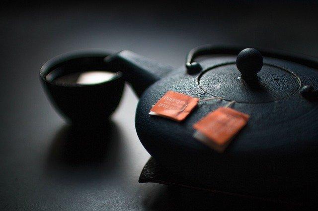 Ci, ktÃłrzy piją herbatę, rzadziej chorują na serce i Åźyją dłuÅźej [fot. Free-Photos from Pixabay]