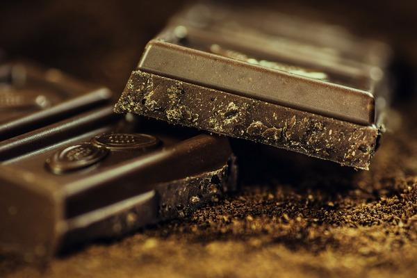Ciemna czekolada - jej jedzenie może wpłynąć na niższe ryzyko depresji? [fot.  Alexander Stein z Pixabay]