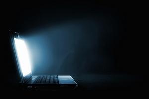 Ciemna strona niebieskiego światła  [© Sergey Nivens - Fotolia.com]