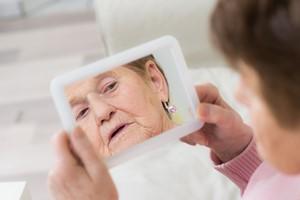 Co choroba Alzheimera robi z ciałem? [Lustro, © Picture-Factory - Fotolia.com]