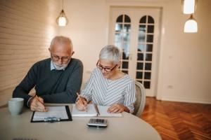 Co piąty Polak co miesiąc zastanawia się jak opłacić rachunki. Seniorzy wyjątkowo rzetelnie je regulują [Fot. bernardbodo - Fotolia.com]