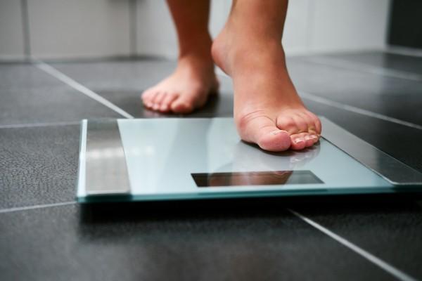 Codzienne ważenie się pomaga utrzymać odpowiednią wagę także w wakacje [Fot. Rostislav Sedlacek - Fotolia.com]
