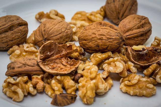 Codziennie jedz orzechy włoskie - tak obniżysz cholesterol [fot. Th G from Pixabay]
