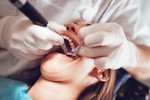Coraz młodsi ludzie tracą zęby przez paradontozę [Fot. brankamarkovic78 - Fotolia.com]
