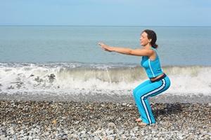 Ćwiczenie znane ale trudne. Jak prawidłowo wykonywać przysiady? [© Pavel Losevsky - Fotolia.com]