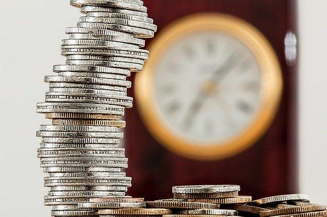 Czas jest ważniejszy niż pieniądze, jeśli chodzi o poczucie szczęścia [fot. Steve Buissinne from Pixabay]