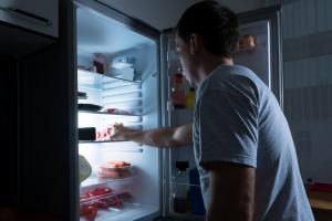 Czego nie wolno jeść przed snem, by móc się wyspać [Fot. Andrey Popov - Fotolia.com]