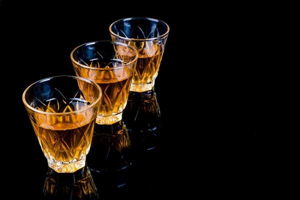 Częste picie alkoholu zagraża sercu [fot. PublicDomainPictures z Pixabay]