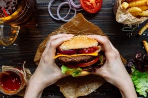 Czy da się jeść fast food nieco zdrowiej? [Fot. fedorovacz - Fotolia.com]
