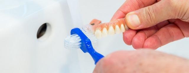 fot. czyszczenie protezy zębowej