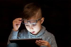 Czy oglądanie bajek faktycznie pogarsza wzrok dzieci? [Fot. atsurkan - Fotolia.com]