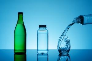 Czy warto czytać etykiety na butelkach wody? [Fot. pavel_812 - Fotolia.com]
