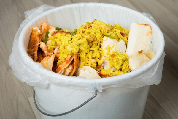 Czy zdarza ci się wyrzucać jedzenie? [Fot. Andrey Popov - Fotolia.com]