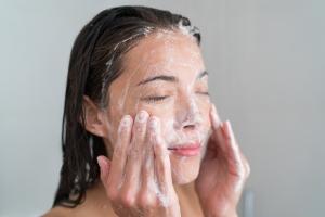 Czym myć twarz? Jeśli nie mydło, to co? [Fot. Maridav - Fotolia.com]