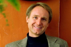 Dan Brown przyjedzie do Polski [Dan Brown, fot. Philip Scalia, CC BY-SA 3.0, Wikimedia Commons]